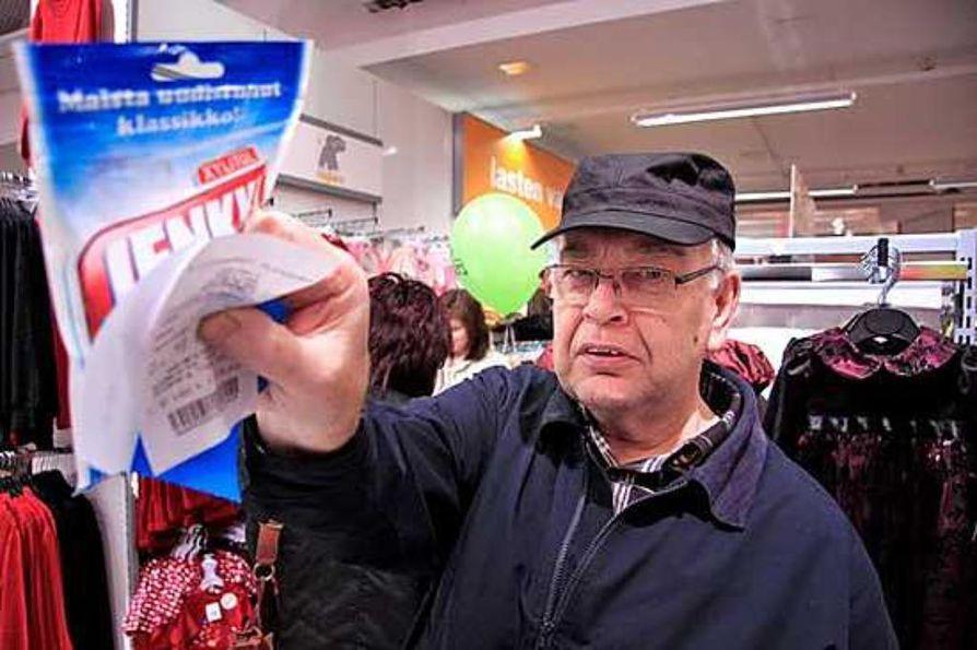 Osmo Pasanen oli torstaina avatun Ylivieskan K-Citymarketin ensimmäinen maksanut asiakas. Ostoksenaan hänellä oli 2,65 euron purkkapussi.