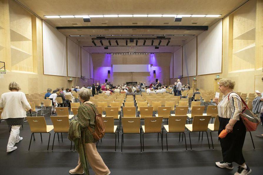 Uusi ja avara sali Tuupalan alakoulussa vetää numeroiduille paikoilleen 475 kuulijaa. Lisäpaikkojen avulla vieraiden lukumäärää saadaan kasvatettua 540:een.