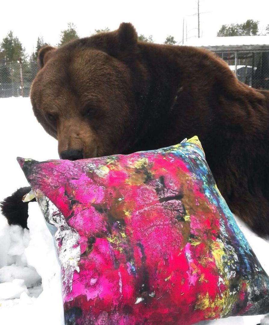 Juuso-karhun taide on taipunut nyt tekstiilimallistoksi.
