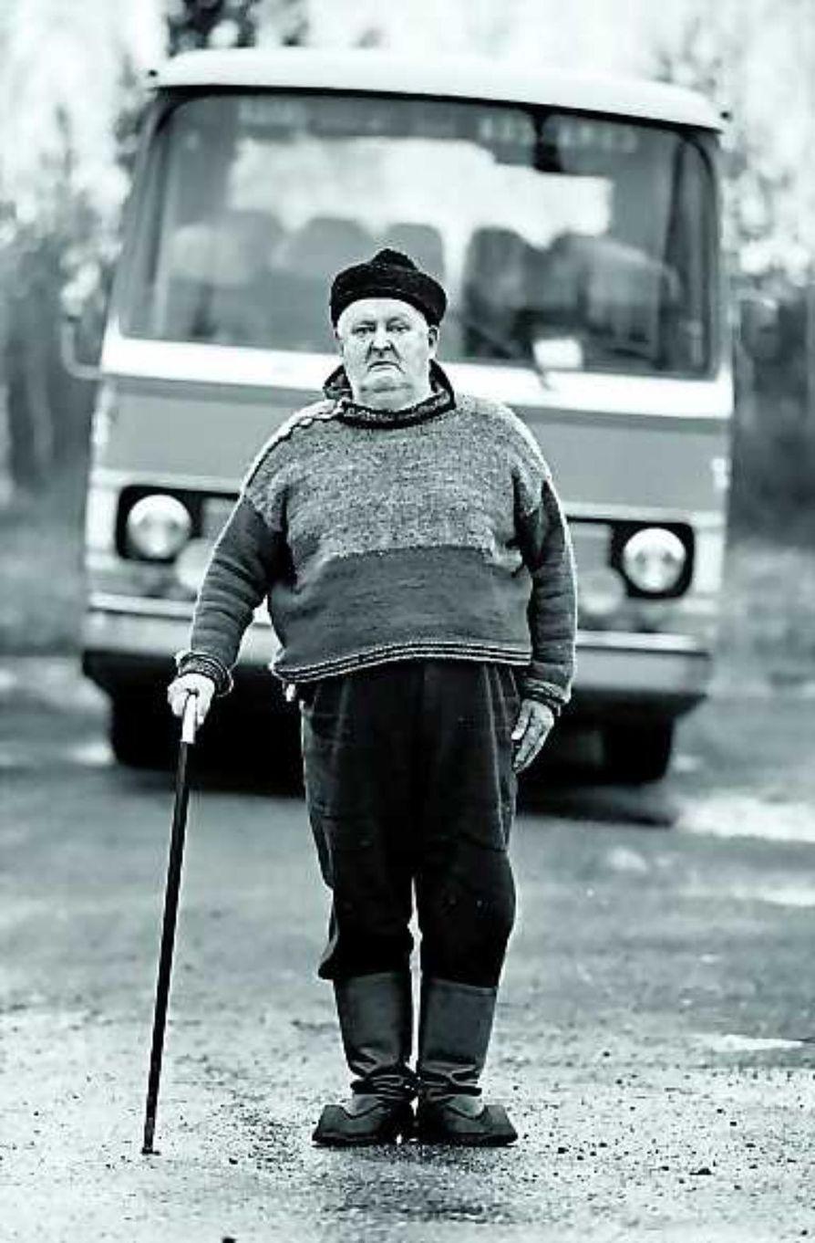 """Linja-autoilija Otto Kyllönen. """"Pitäisi tehdä jostakin kainuulaisesta persoonasta näyttely, johon liittyisi tarina siitä ihmisestä. Esimerkiksi otto Kyllösestä liikkuu huikea määrä erilaisia juttuja"""", kertoo Jorma Komulainen."""
