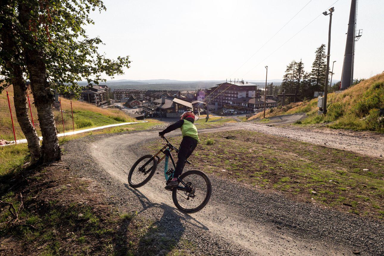 Rukalla koetaan tänä viikonloppuna vauhdin hurmaa: Kitka-maastopyöräilytapahtuma leviää alamäkipyöräilyn SM-kisoista Itä-Rukalle kikkalajien ja kaksintaisteluradan pariin
