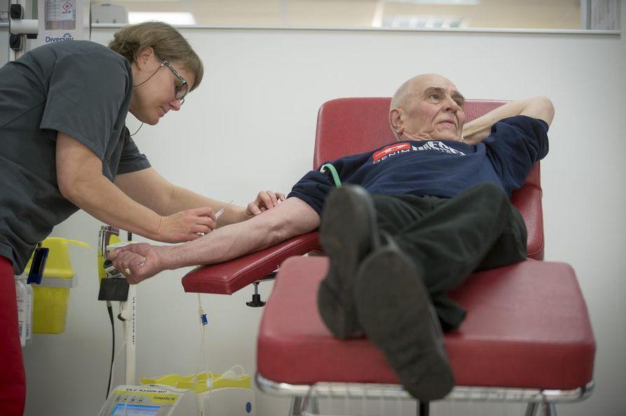 Tapani Miettinen luovutti keskiviikkona 222:nnen kerran verta. Miettistä auttoi vastaava hoitaja Hanna Hilli.