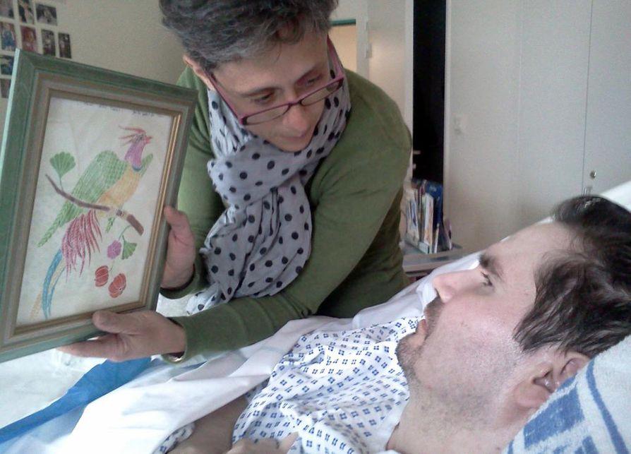 Vincent Lambertia hoidetaan sairaalassa Reimsissa Koillis-Ranskassa. Lambertin äiti Viviane Lambert kuvattiin poikansa kanssa heinäkuussa 2013.