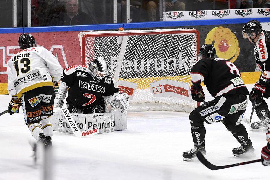 Kärppien Michal Kristof ampui 1–2-maalin vastahyökkäyksestä. Kiekko livahti verkkoon JYP-vahti Eetu Laurikaisen jalkojen välistä.