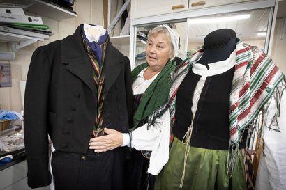 Kansallispuvut pääsevät esiin Rotuaarilla –ympäristöystävällinen puku viehättää harrastajan mukaan jo nuorempia sukupolviakin