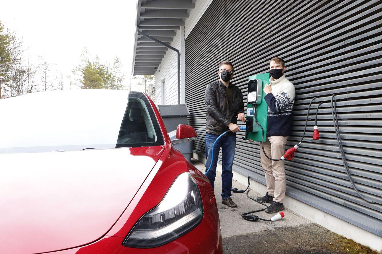 Sähköautojen määrä on lisääntyy nopeasti – latauspaikkoja uupuu vielä Koillismaalta ja Pudasjärveltä