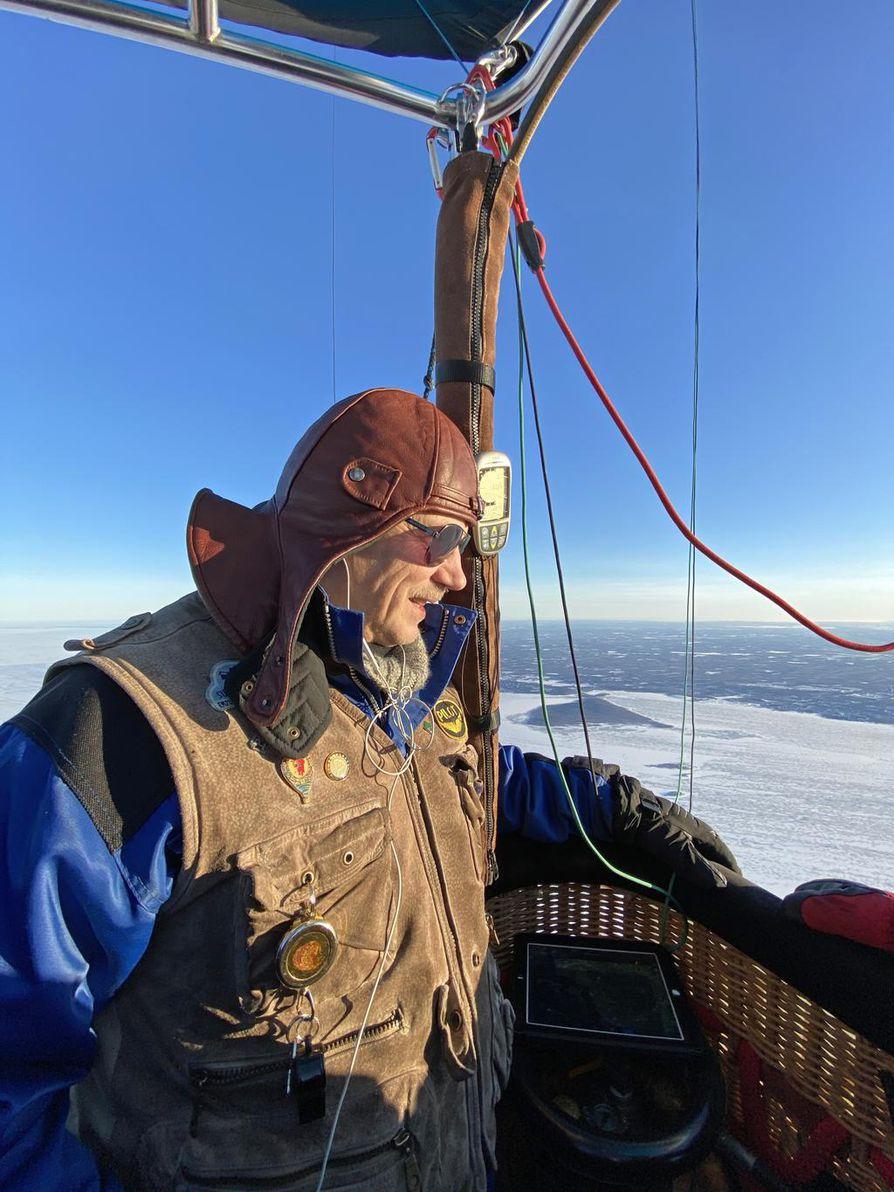 Martti Haapala on lentänyt kuumailmapallolla 1990-luvulta lähtien, mutta ei koskaan aikaisemmin Hailuodosta mantereelle.