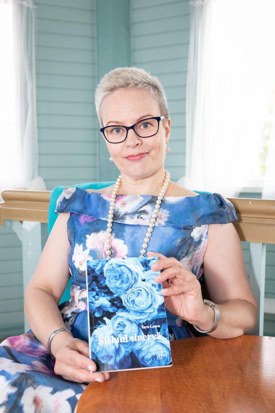 Taru Laurun esikoisrunoteos Sieluni sinervä julkaistiin toukokuun alussa.