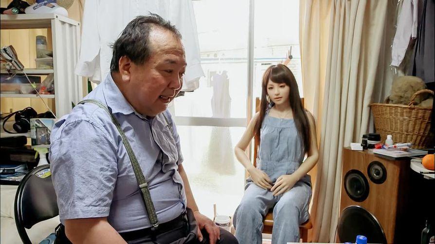 Yksinäisyyttä paikkaavat Japanissa muoviset nukkevaimot, palkatut poikaystävät ja halikahvilat. Perinteinen avioliitto ei dokumentin mukaan kiinnosta useimpia japanilaisia.
