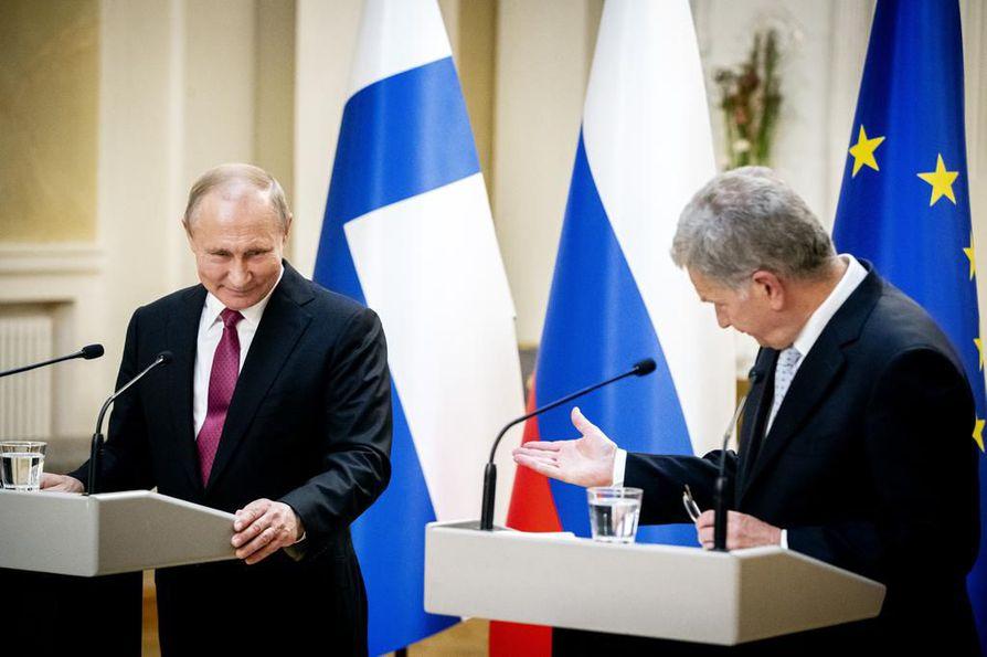 """Presidentit Vladimir Putin ja Sauli Niinistö tapasivat Helsingissä keskiviikkona ystävällisissä tunnelmissa. Putinilla oli kuitenkin paljon hampaan kolossa Yhdysvaltoja kohtaan, eikä toimittajien """"hellä huolenpito"""" venäläisten ihmisoikeuksista ilahduta."""