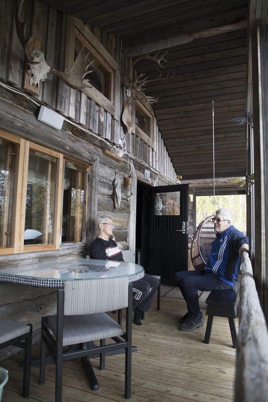 Simo Skrökin hirvenmetsästysharrastus näkyy pariskunnan kesämökin terassilla.