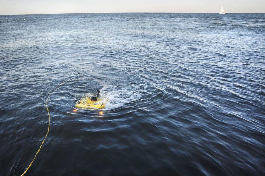 Vartiolaiva Turvan kauko-ohjattava vedenalaisrobotti eli rov tutkii uudessa hankkeessa myös ympäristölle vaarallisia hylkyjä. Taustalla (vas.) siintää Köning Luisen sijaintia osoittava merkki.