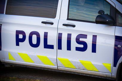 Henkilöauto ajautui rampissa kaiteeseen ja pyörähti katolleen Pohjantiellä Kempeleessä