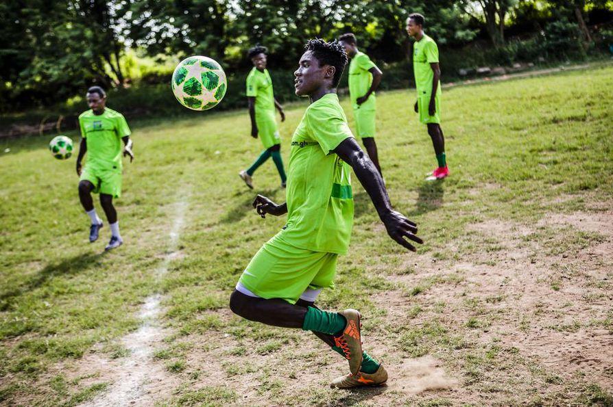 Ibrahim Issah harjoittelee paikallisen yliopiston jalkapallokentällä. Vaikka ruohokenttä on surkean huonokuntoinen, se ei ole harjoituspaikkana edes pahimmasta päästä.