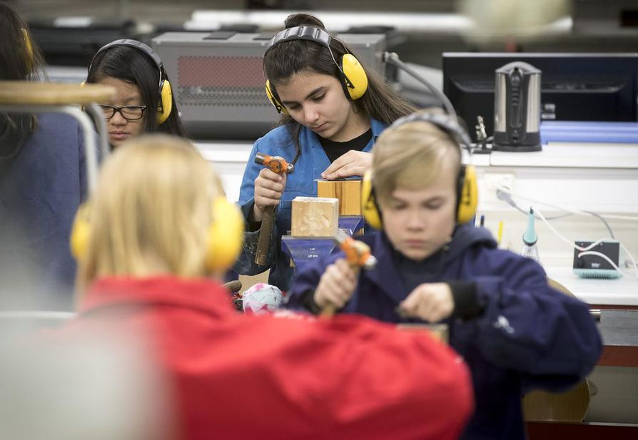 Oulun normaalikoulussa käsityön opetus on toteutettu siten, että oppilaat saavat valita töissä käyttämänsä materiaalit ja työtavat hyvin pitkälle kiinnostuksensa mukaan.