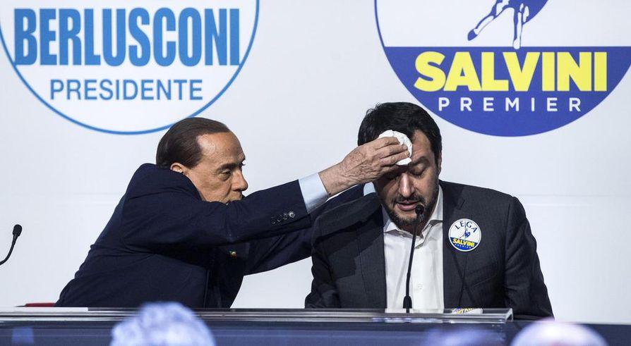 Silvio Berlusconi (vas.) pyyhki vaalihikeä vaaliliittokumppaninsa Matteo Salvinin otsalta.