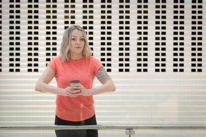"""Janita Hirvihuhta, 37, kävi pohjalla, vaikka elämässä oli ulkoisesti kaikki hyvin – Nyt hän pohtii, mikä sai hänet juomaan: """"Mikään ei tuntunut enää miltään"""""""