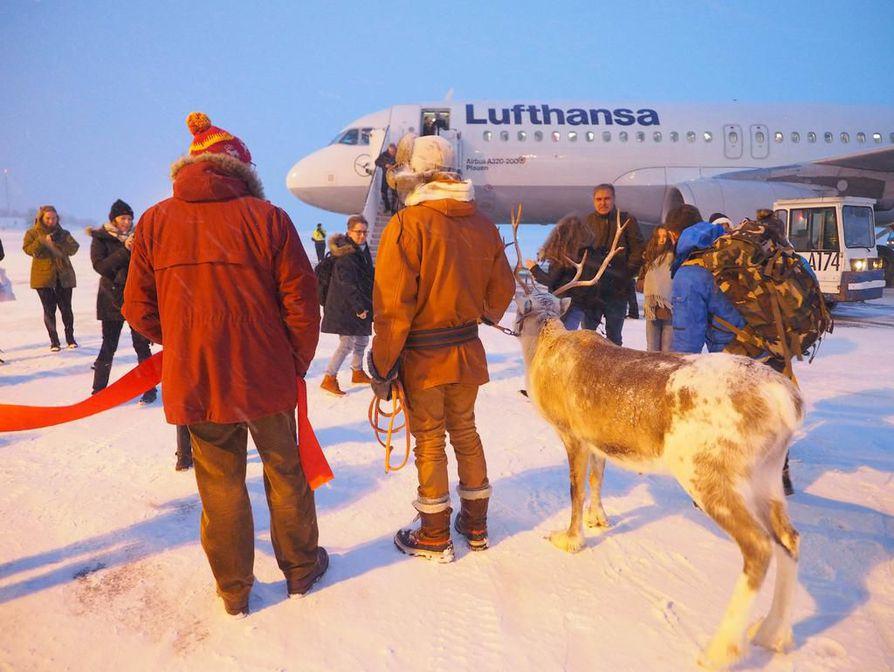 Kuusamon lentoasemalle joulukuussa saapuneiden kansainvälisten tilaus- ja reittilentojen määrä on kasvanut vuodessa 90 prosentilla; vuonna 2016 Kuusamoon saapui 19 lentoa ja kuluvana vuonna 36 lentoa. Lauantaina avattu viikoittainen yhteys Frankfurtiin on historian ensimmäinen Kuusamosta.