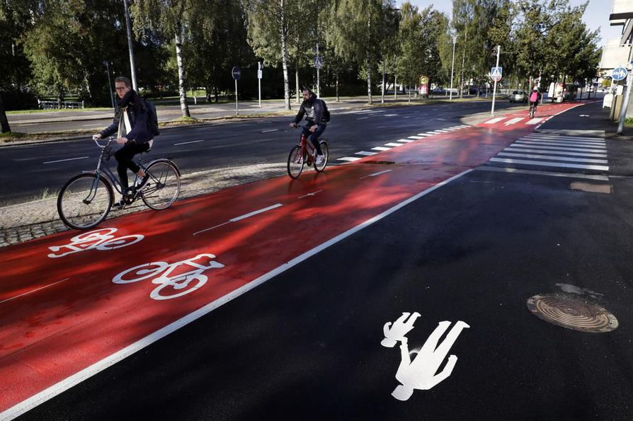 Punainen väri herättää kahtalaisia ajatuksia pyöräilijöissä. Joitakin väri ärsyttää, toiset kehuvat sen hyvää erottuvuutta.