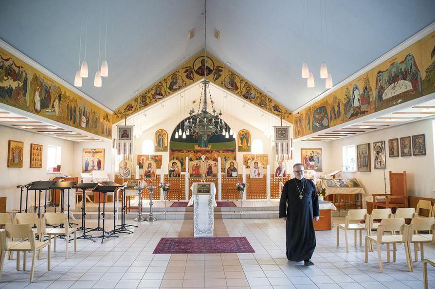 Oulun katedraalin salissa voi mielessään kuvitella, miltä kaikki nykyään kunnianarvoisat kirkkotilat ovat joskus näyttäneet pian maalin kuivumisen jälkeen. Samassa hengessä on suunniteltu myös  viikonlopun 60-vuotisjuhlaohjelma. Kuten kirkkoherra Marko Patronen sanoo, mahdollisimman vähällä pönötyksellä.