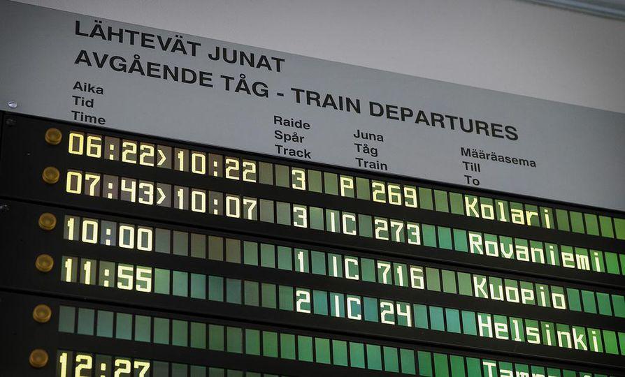 Kaksi Lapin yö-junaa oli selvästi myöhässä aikataulustaan kiirastorstaina.