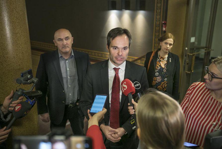 Oulun valtuuston puheenjohtaja Juha Hänninen lauantaina mediatilaisuudessa Oulun kaupungintalolla sisäministeri Kai Mykkäsen vierellä.