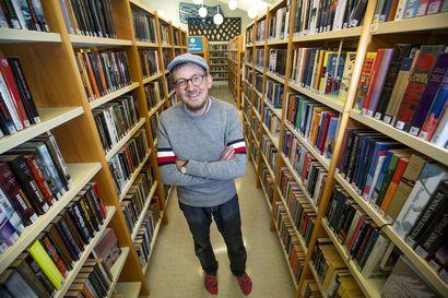 """""""Pitää keksiä aina jotain uutta meininkiä, että pysyy vire yllä"""", pian kymmenen vuotta Pyhäjoen kirjastoa johtanut Heikki Lahnaoja sanoo"""