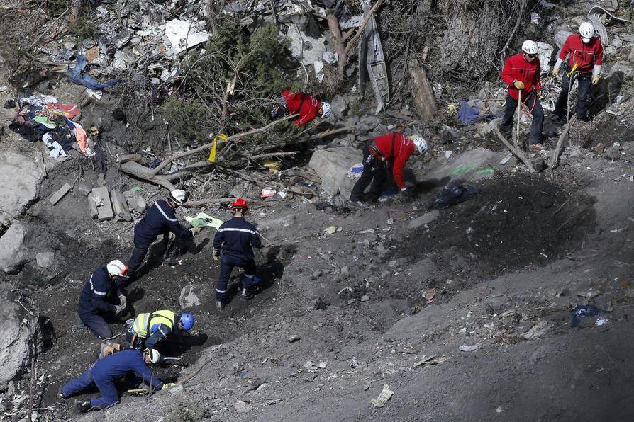 Ranskan Alpeilla etsitään yhä lentoturman uhreja.