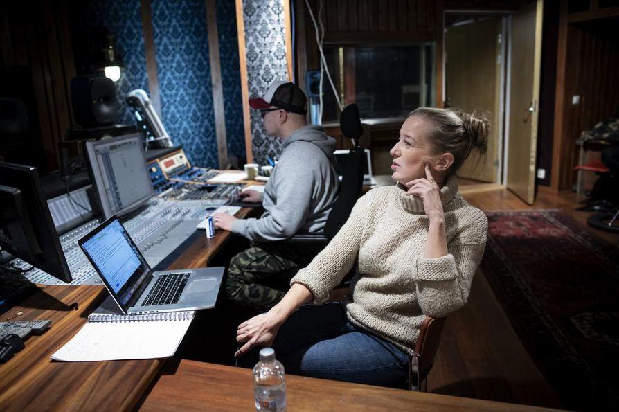 Sanna Salmenkallio on palkittu kahdella Jussilla Virpi Suutarin aiempien dokumenttien sävellyksistä. Nyt hän on säveltänyt Alvar Aallosta kertovaan dokumenttiin musiikin, jota on studiossa miksaamassa Mikko Rothfors.