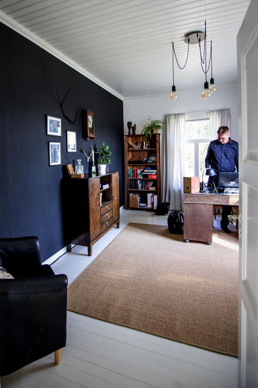 Isännän työhuoneessa on yksi musta seinä. Musta kulkee sisustuksessa muutenkin pieninä palasina ympäri taloa.