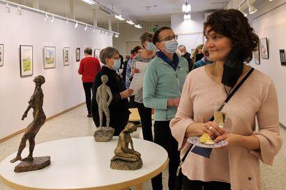 Inarilainen kätilö Tuula Uski jäi eläkkeelle – ja järjesti läksiäislahjana kuntalaisille taidenäyttelyn