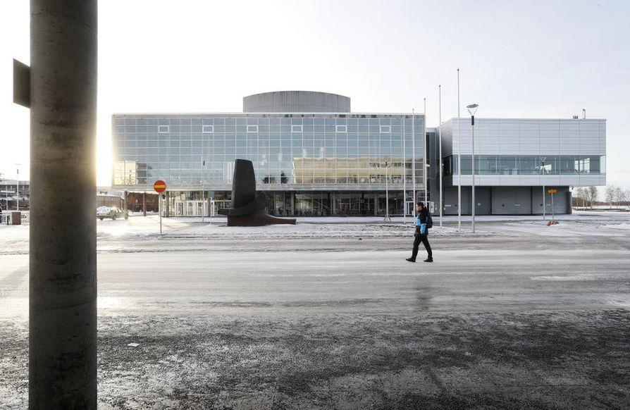 Perjantaina 27.3. on Maailman teatteripäivä. Tuskinpa liput kuitenkaan liehuvat traditionaalisesti Oulun teatterin lipputangoissa.