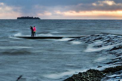 Hailuodossa puuska puhalsi 33 metriä sekunnissa, Pohjois-Pohjanmaan pelastuslaitokset valmistautuvat myrskyisään yöhön