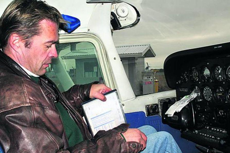 """""""Tankkeihin kertynyt vesi poistetaan erityisellä työvälineellä ja sitten otetaan yhteys lennonjohtoon"""", kertoo tarkastusarkkitehti Esa Kauppi. Hän on haaveillut lentämisestä koko ikänsä ja lähti toteuttamaan unelmaa hieman ennen kuin viisikymmentä ikävuotta tuli täyteen."""