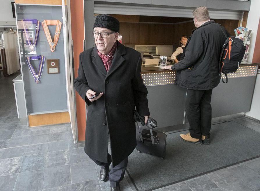 Paavo Väyrynen pitää erottamistaan laittomana. Kaleva tavoitti Väyrysen lauantaina Oulun Lasaretista, missä hän piti omien tukijoidensa kanssa kokouksen.