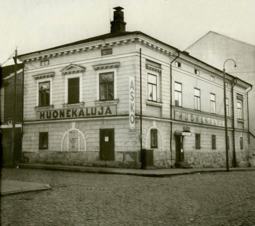 Arkkitehtonisesti uusklassista eli empireä edustava Kaarlenholvi on yksi Oulun vanhimmista rakennuksista, joka on säilynyt liki alkuperäisessä asussaan ja joka on nähnyt lukuisan määrän erilaisia vaiheita.