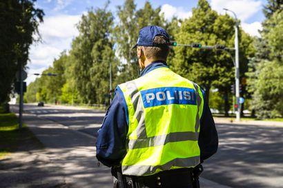 Poliisin sukunimen ei enää tarvitse olla näkyvillä virka-asussa – sisäministeriö sallii jatkossa myös muun tunnistemerkin