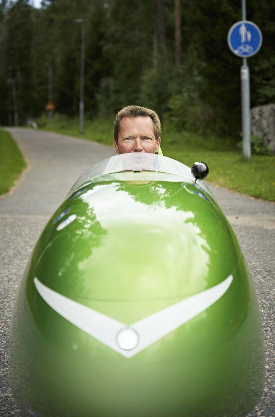 """Mika Rintalan """"kakkosauto"""" kulkee lihasvoimalla. Hollannissa suosittu velomobiili on Suomessa vielä harvinaisuus."""