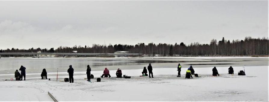 Maanantaina Oulun Hartaanselällä pilkkijöiden kohdalla jään vahvuus oli  7-8 senttiä, kertoo kuvan lähettänyt lukija.