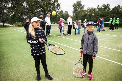 Kemissä hyvät mahdollisuudet harrastaa tennistä - tuliterät Ruutinpuiston kentät koeponnistettiin lasten tennisleirillä