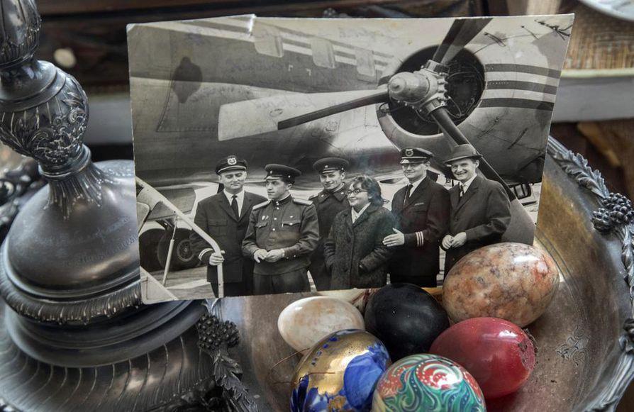 Vanhassa valokuvassa Finnairilla työskennellyt Vladimir von Witte (vas.) on Moskovan kentällä 60-luvun alkupuolella. Kuvan oikeassa laidassa ovat Moskovan kenttäpäällikkö Felix Paasonen sekä Finnairin piiripäällikkö Heikki Paasonen.