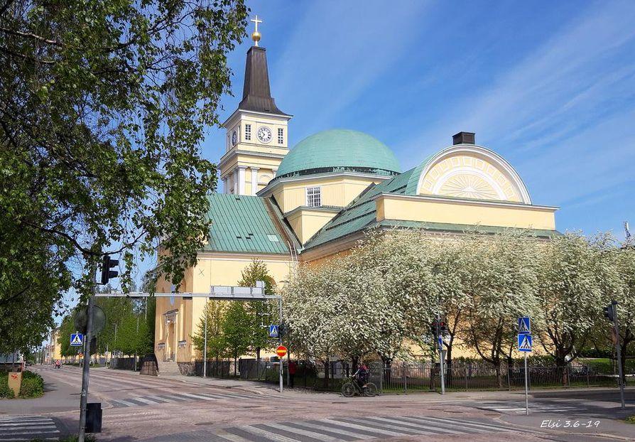 Pilvikirsikat koristavat myös Oulun Tuomiokirkkoa.