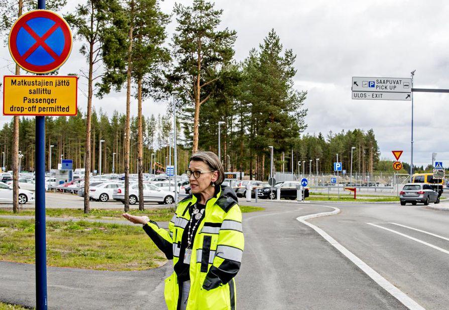 Lentäkentän päällikkö Liisa Sallinen sanoo, että terminaalin edusta oli usein niin tukossa, etteivät taksit ja bussit päässeet liikkumaan.