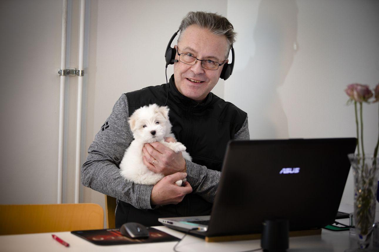 Taloyhtiöiden hallituskonkari Pertti Jussila iloitsee, kun nuorta väkeä osallistuu yhtiökokouksiin yhä useammin – nykyaikaiset viestintävälineet voivat houkutella nuoria myös hallituksiin