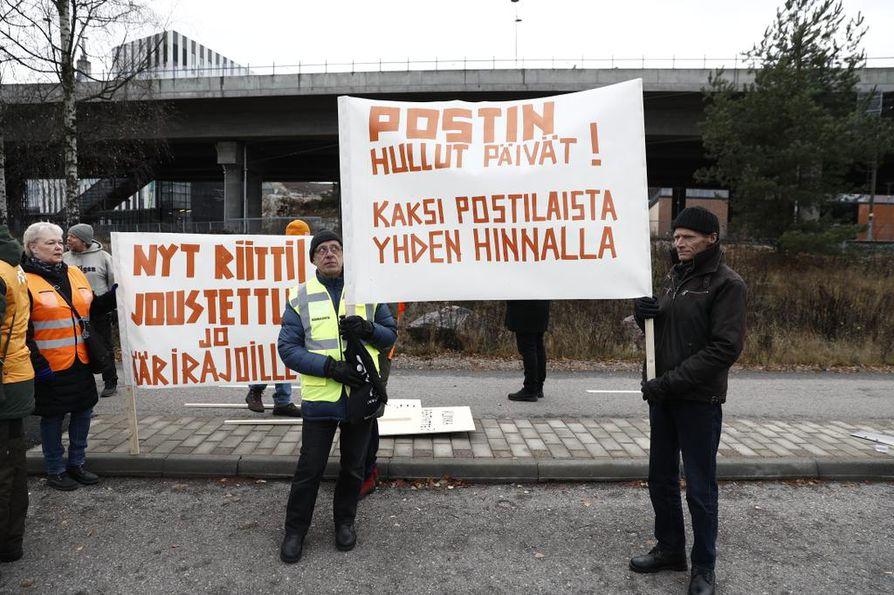 Jo mielenosoituksen lähtöpaikalla Ilmalan juna-asemalla näkyi postilaisten turhautuminen kylteissä.