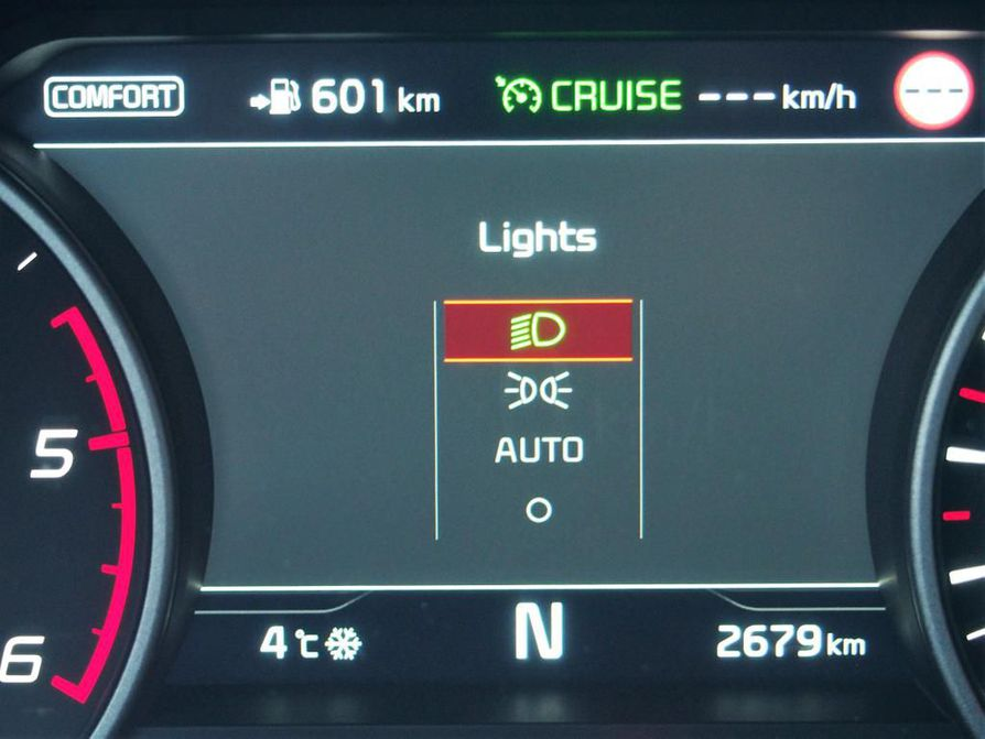 Auton mittaristonäkymä kertoo kuljettajalle aina vihreänä palavalla valosymbolilla, mikä valotila on käytössä. Kia Stingerissä on varmuudeksi tilavalikko, joka välähtää hetken näkyvissä ruudulla valokatkaisijaa käännettäessä.