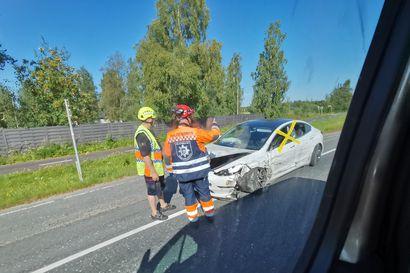 Paketti- ja henkilöauto kolaroivat Oulun ja Kempeleen rajalla Limingantiellä – kolme henkilöä kuljetettiin päivystykseen tarkastettavaksi