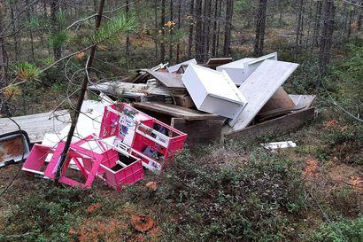 Barbietaloja ja vanhoja kalusteita kipattu metsään – kaatopaikkamaksuista pihistelevät järkyttävät piittamattomuudellaan