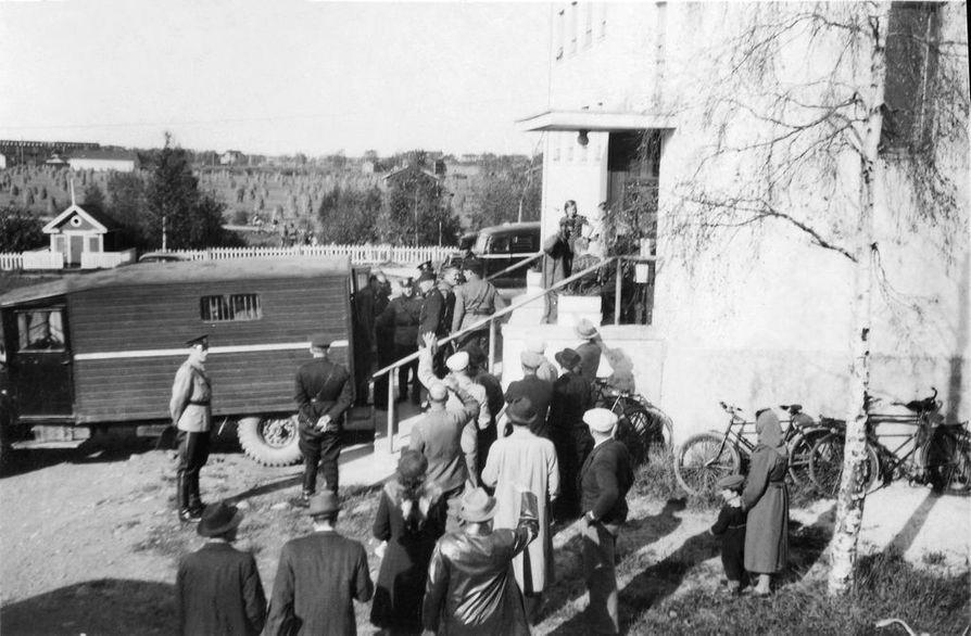 Lakon vuoksi vangittuja tuodaan poliisiautolla Toivolaan.