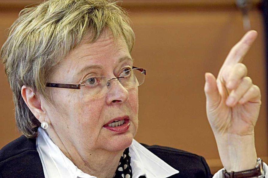 Liisa Jaakonsaari (sd.) epäilee liikenne- ja viestintäministerin joutuneen kohtuuttoman höykytyksen kohteeksi siksi, että hän on nainen.